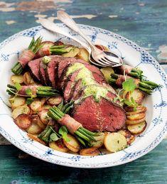 Oxfilé med vitlöksfräst potatis och haricot verts-knyten.