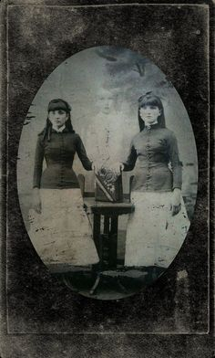 Spirit photography by paranormal investigator William Hope who used multiple exposure techniques to render the appearance of ghost. Ghost Images, Ghost Pictures, Old Pictures, Old Photos, Ghost Pics, Weird Pictures, Rare Photos, Vintage Family Photos, Vintage Photographs