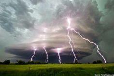 Tormenta supercelda arremetiendo contra el condado de Cuming, Nebraska con severa actividad eléctrica.