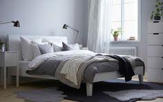 Hvid NORDLI seng, hvidt sengebord og hvid SVEIO kommode