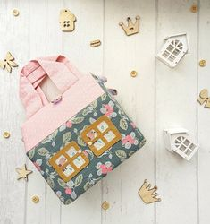 28 Trendy Ideas for doll house modern kids Girls Dollhouse, Dollhouse Kits, Modern Dollhouse, Dollhouse Dolls, Fabric Houses, Modern Kids, New Dolls, Green Fabric, Doll Furniture