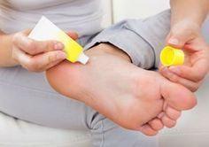 Os pés e tornozelos estão entre as áreas mais secas do corpo. Horas de salto alto e a falta de cuidados específicos são apenas dois dos fatores que podem comprometer a pele da região.Leia tambémReceita fácil para acabar com rachaduras nos pés3 cuidados turbinam a hidratação e deixam os pés mais maciosC