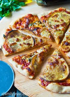 Eggplant and Garlic Pizza - Wow this pizza is delicious! Simple ingredients but the flavors of eggplant, garlic, cheese, sauce and herbs are perfectly balanced. Made it, very good if you have a pizza crust and need to use some eggplant. Pizza Recipes, Seafood Recipes, Vegetarian Recipes, Cooking Recipes, Healthy Recipes, Cooking Pork, Eggplant Pizzas, Eggplant Recipes, Garlic Pizza