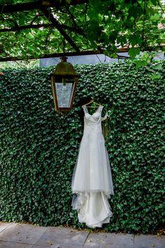 Bruidsjurk hangt klaar voor de trouwdag. Hoe zorg jij ervoor dat de ochtend van het klaarmaken soepel verloopt? #bruiloft #bruidspaar #trouwenschoorlseduinen #Schoorl #trouwfotoshoot #wedding