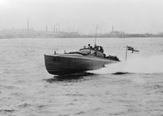 MINISTRY INFORMATION FIRST WORLD WAR OFFICIAL COLLECTION (Q 19906)   a 40 ft. British Coastal Motor Boat on trial at full speed. Fitted with a Thornycroft V, 12 250 hp petrol motor, Speed 34. 5 knots per hour. Load on trial, 1, 500 lbs, Armament one 18 inch torpedo and one Lewis gun..Ww I