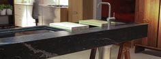 Nella realizzazione dei piani cucina è utile tener presente che le pietre naturali possono presentare delle particolarità per ogni singola lastra.
