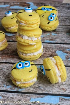 This article is a picture story on 21 macaron pictures that are so cute you'll want to bite into them immediately. This is on the occasion of World Macaron Day which is on 31 May Torta Minion, Bolo Minion, Minion Cupcakes, Macaron Cookies, Cake Cookies, Cupcake Cakes, Cute Desserts, Homemade Desserts, Yummy Treats