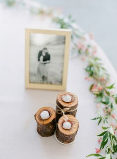 Decoração da mesa do bolo de casamento com troncos de madeira. #casamento #decoração #ideias #mesadobolo #fotodosnoivos #velas #fotosdosnoivos #troncosdemadeira