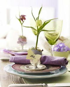 Violett und zartes Grün decken den Tisch im Vintage Look