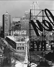 Berenice Abbott was an American photographer best known for her black-and-white photography of New York City architecture and ur. Black And White Picture Wall, Black And White Wallpaper, Black And White Pictures, Gray Aesthetic, Black Aesthetic Wallpaper, Black And White Aesthetic, Grey Pictures, Vsco Pictures, Beautiful Pictures