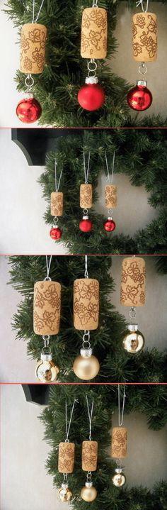 Des bouchons en liège et des mini boules de Noël à suspendre au sapin. Fabrication super simple à faire soi-même !