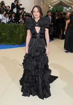 """NEW YORK, NY - MAY Dakota Johnson attends the """"Rei Kawakubo/Comme des Garcons: Art Of The In-Between"""" Costume Institute Gala at Metropolitan Museum of Art on May 2017 in New York City. (Photo by Neilson Barnard/Getty Images) (Foto: Getty Images) Rei Kawakubo, Anna Wintour, Style Dakota Johnson, Katy Perry, Rihanna, Gucci Gown, Met Gala Red Carpet, Diane Von Furstenberg Dress, Costume Institute"""