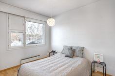 Yläkerran makuuhuoneista on hienot järvinäkymät. Bed, Furniture, Home Decor, Stream Bed, Interior Design, Home Interior Design, Beds, Arredamento, Home Decoration