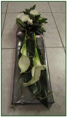 Grafstukje op lood – – Source by Funeral Flower Arrangements, Funeral Flowers, Floral Arrangements, Grave Decorations, Flower Decorations, Sympathy Flowers, Arte Floral, Calla Lily, Ikebana