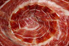 #Jamoncurado    Composición por 100 gramos de producto. Energía (kcal) 191, agua (g) 56.3, proteínas totales (g) 28.5, lípidos totales (g) 8.4, glúcidos totales (g) 0.3.. Contiene minerales (sodio, potasio, fósforo) y vitaminas (D, E, ácido fólico). Información obtenida de las tablas de composición de alimentos del CESNID. http://www.nutrigame.es