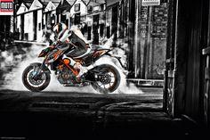 KTM1290 Super Duke. Après 8 ans de bons et loyaux services, la 990 Superduke se retire pour laisser place à la 1290 Superduke R. Motorisée par un gros twin de 180 ch et dotée d'une électronique de pointe, elle bouscule sans ménagement le marché des « super roadsters ». Lire l'article + vidéo sur: http://www.motomag.com/KTM-1290-Superduke-R-athlete-de-haut-niveau.html #KTM #KTM1290SuperDuke #TestRiding #Motomag / motomag.com