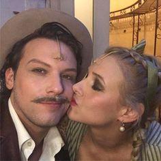 Ma is én vagyok az Operettszínház legfoglalkoztatottabb művésze! 3 előadás: 1 Oszi Boszi és 2 Mágnás Miska! Nem csoda, hogy Marcsa is odavan értem!!! 😀😀😀 #pellerkaroly #operettszinhaz #operett #magnasmiska #marcsa #miska #pelleranna #actor #actorslife