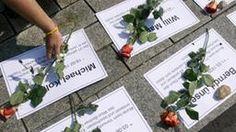 Im Gedenken an die Maueropfer legen Mitglieder der Jungen Union Rosen nieder-Wie viele Menschen starben ist bis heute nicht genau geklaert....
