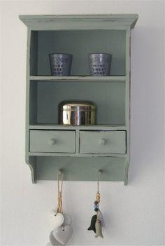 Bruin kastje ooit gekocht bij de Action, groen geschilderd met krijtverf en daarna her en der weer geschuurd