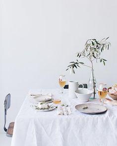 minimalist table set