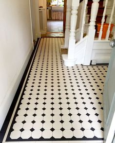 Bathroom Black And White Tile Floor - Bathroom Black And White White Mosaic Tiles, Black And White Tiles Bathroom, Patterned Kitchen Tiles, Tiled Hallway, Hallway Flooring, Flur Design, Tile Design, Ceramic Design, Bathroom Floor Tiles