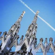 Una scia #bianca d'aereo saluta il #duomodimilano dal #cielo #milanese  a #white #plane contrail greets the #milancathedral from the Milanese #sky  #milan #milano #duomo #guglie #adottaunaguglia #milanodavedere #instamood #igersmilano #milaninsight #photooftheday #amazing #azzurro #blue by duomodimilano