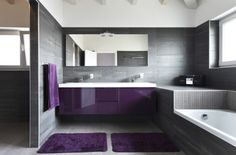 badezimmer gestaltung graue fliesen matt lila möbel fußmatten