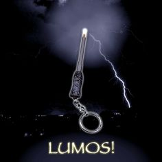 Check out this Harry Potter Lumos Keychain Wand that allows you to find your way wherever you are thanks to its strong light. Draco Malfoy, Hermione Granger, Harry Potter Halloween Party, Harry Potter Wand, Can Lights, Halloween Ghosts, Wands, Walls, Sticks