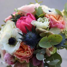 Brudbukett med anemoner, rosor, tistel, eucalyptus, weddingflowers