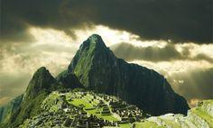 Machu Picchu ist eine gut erhaltene Ruinenstadt in Peru. Sie wurde im 15. Jahrhundert in 2360m Höhe von den Inkas errichtet. Vorraussetzungen für eine Panorama-Wanderung ist eine gute Kondition sowie Schwindelfreiheit, da es einige steile Stufen sowie ca. 350 Höhenmeter zu überwinden gibt.