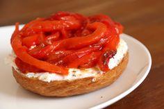 Bagel façon tartine au chèvre frais et aux poivrons rouges marinés