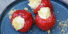 Smukke jordbær fyldt med en herlig flødeostecreme, der både er sød og let syrlig og passer perfekt til de søde jordbær.