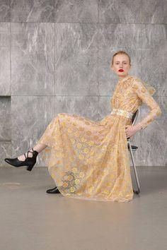 Emilia Wickstead Resort 2019 Fashion Show Collection: See the complete Emilia Wickstead Resort 2019 collection. Look 21 High End Fashion, Fashion 2020, Fashion News, Fashion Trends, Men's Casual Fashion Tips, Fashion Outfits, Womens Fashion, Campaign Fashion, Emilia Wickstead