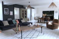 Cette classique maison en pierres a une décoration intérieure contemporaine - PLANETE DECO a homes world White Wooden Floor, Boho Beautiful, Marble Fireplaces, Piece A Vivre, Neo Traditional, Black Marble, Wooden Flooring, Decoration, Room Inspiration