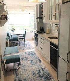 Mavi vurguların ferah ve dingin bir his kattığı, uyumlu ve şık bir ev. Kitchen Carpet, Kitchen Mat, Kitchen Decor, Kitchen White, Küchen Design, Rustic Design, Color Bordo, Stainless Steel Kitchen, Kitchen Curtains