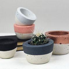 Proyectos DIY con cemento. PEqueños maceteros hechos con cemento y pintados. #cemento #macetas #maceteros #diy #decoratrucos