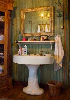Interiores #114: Romance – Casa Chaucha Pedestal Sink, Washroom, Basement Bathroom, Bathroom Inspiration, Rustic Bathrooms, Dream Bathrooms, Small Bathroom, Bathroom Ideas, Cottage Bath