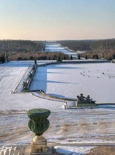 Versailles Winter- what a fabulous view! Chateau Versailles, Versailles Garden, Palace Of Versailles, Grand Canal, Ludwig Xiv, Beautiful Places, Beautiful World, Winter Light, Winter Wonder