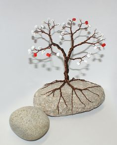 Resultado de imagen para how to make wire trees Wire Crafts, Rock Crafts, Metal Crafts, Diy And Crafts, Arts And Crafts, Jewelry Tree, Wire Jewelry, Key Jewelry, Wire Trees