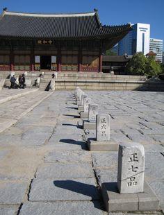 Deoksugung (덕수궁 , 德壽宮) ist einer unter fünf koreanischen Palästen in Seoul, die während der Joseon-Dynastie gebaut wurden.