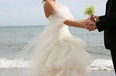 Ja met je voeten in het zand, op het strand trouwen!! Carlton Beach Club