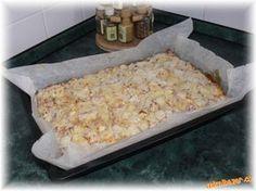 RYCHLÉ JABLKOVÉ ŘEZY...LUXUSNÍ NEBUDETE DĚLAT JINÉ  TĚSTO: 330g hl.mouky 10dkg tuku..(hera,máslo) 100 g cukru 2 vejce 250ml vlažné mléko 1 bal kypřící prášek 1 kg jablka skořice drobenka: 10 dkg hr.mouky+10dkg cukr+10 dkg máslo + vanilkový cukr po dopečení  POSTUP PŘÍPRAVY  Všechny uvedené přísady na těsto smícháme....těsto vylijeme na vymazaný plech...nebo pečící papír.Poklademe na drobno najrájenými jablky+ celé posypeme skořicí.  Po celém rozprostřeme drobenku a dáme do trouby. Czech Desserts, Sweet Desserts, Dessert Recipes, Cake Recipes, Czech Recipes, Russian Recipes, Ethnic Recipes, Quick Recipes, Sweet Recipes