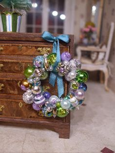 Tutorial for making a miniature ornament wreath. **look at the shiny brite tutorial and Christmas stall