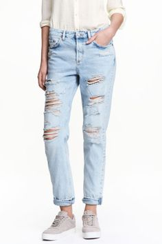 Boyfriend Low Ripped Jeans: Džínové kalhoty s 5 kapsami ze sepraného denimu. Mají nízký pas, silně obnošené detaily, poklopec na knoflíky a trochu širší, v dolní části zúžené nohavice.