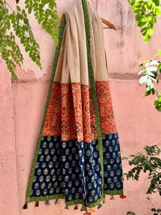 Patchwork on Dupatta Kurta Designs Women, Blouse Designs, Style Africain, Hand Embroidery Dress, Diy Scarf, Silk Dupatta, Indian Designer Outfits, Printed Cotton, Cotton Silk