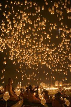 Me encantaría verlo en persona, tiene que ser sobrecogedor || Loy Krathong (Floating Lantern) Festival in Chiang Mai, Thailand by ida