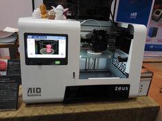 santecのブースでは、3Dスキャナと3Dプリンタが一体化した世界初の一体型3Dプリンタ「ZEUS」が展示されていた。ZEUSは、タッチパネル付きカラー液晶が搭載されており、PCを使わずに単体で物体の3Dスキャンおよび出力が可能なことが特徴だ。ZEUSは、AIO Roboticsの製品で、販売価格は398,000円(税別)である。最大造形サイズは203×152×144mm(幅×奥行き×高さ)で、利用可能なフィラメントはPLAのみとなっている。3Dスキャン方式は、ラインレーザースキャン方式であり、最大スキャンサイズは230×130mm(直径×高さ)である。