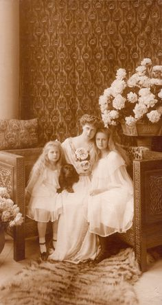"Crownprincess Marie of Romania and daughters Marie aka ""Mignon"" (left) and Elisaveta, sitting in a carved and gilt corner chair in the International Viking Style. Princess Victoria, Queen Victoria, Vintage Photographs, Vintage Photos, Romanian Royal Family, Royal Families Of Europe, Royal King, Princess Alexandra, Gold Girl"