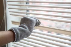 Spring cleaning hacks - dust your blinds with an old sock. clean both sides of your blinds without getting tangled up between the slats? Grab a clean sock, slip it on your hand and dip it in a solution of water and white vinegar. Cleaning Blinds, Toilet Cleaning, House Cleaning Tips, Deep Cleaning, Spring Cleaning, Cleaning Hacks, Cleaning Solutions, Organizing Tips, Cleaning Recipes