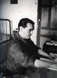 12.Otra imagen suya trabajando en su habitación en 1935.